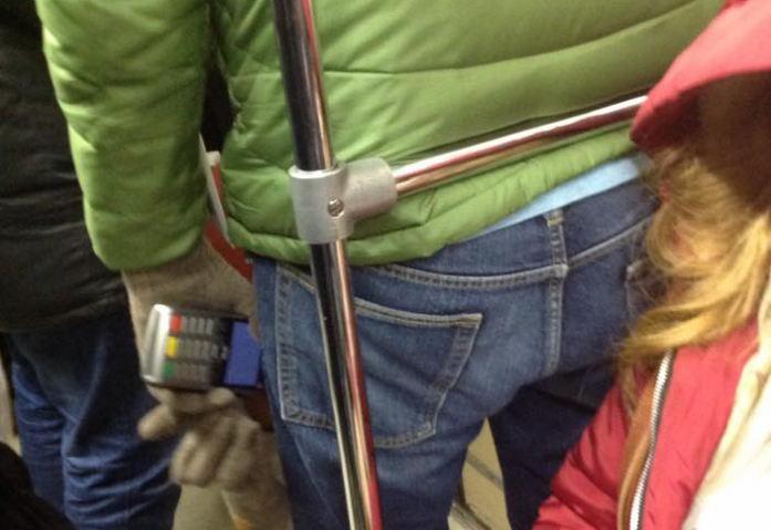 Мошенник со считывателем с бесконтактных карт в метро