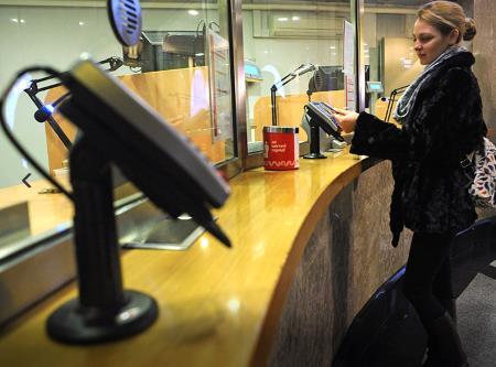 В метро принимают к оплате за проезд банковские карты и смартфоны