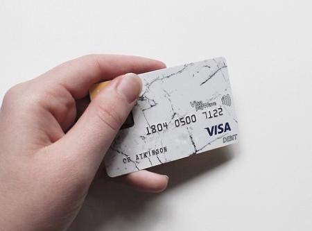 Как безопасно платить картой в такси