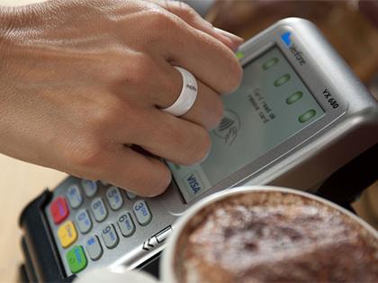 Для оплаты необходимо приложить кольцо к платежному терминалу — и покупки оплачены!